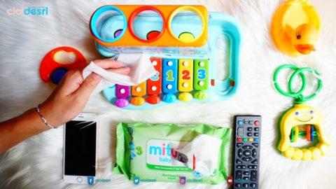 membersihkan mainan anak dengan mitu baby antiseptic wipes