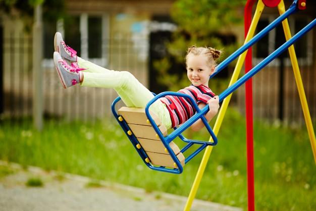 anak mudah terjatuh, anak mudah terpleset, melatih keseimbangan anak, anak belum bisa berjalan, anak takut, anak takut berjalan