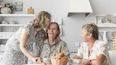 3 Tips Jitu Disayang Mertua Sepanjang Masa, Pengantin Baru Wajib Coba Nih!
